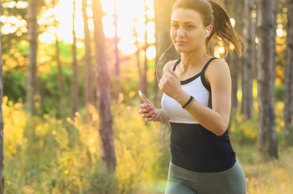 代々木公園を走る女性